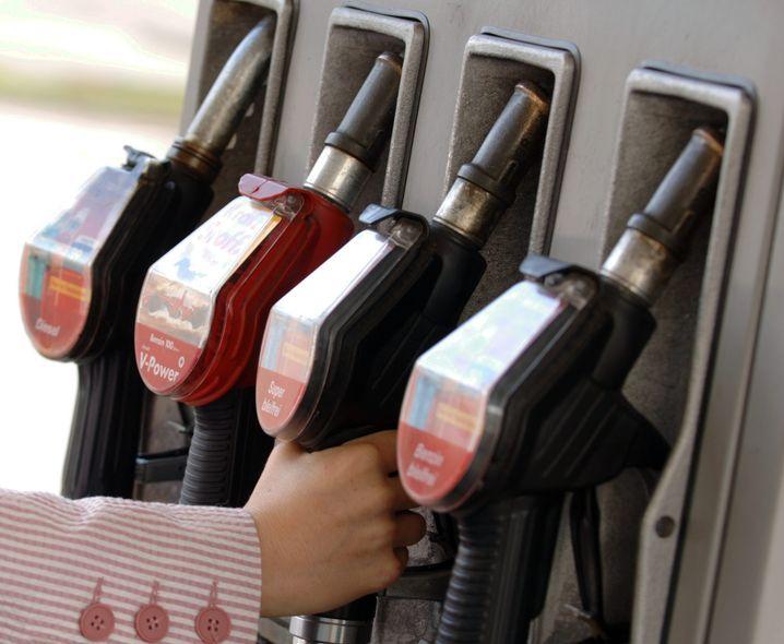 Tankgutscheine oder Jobticket: Gibt der Arbeitgeber auch nur einen Cent mehr aus als 44 Euro pro Monat, muss er den gesamten Betrag versteuern