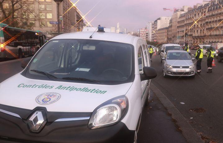 Schadstoffplaketten sind in Paris für Autos Pflicht - die Polizei kontrolliert