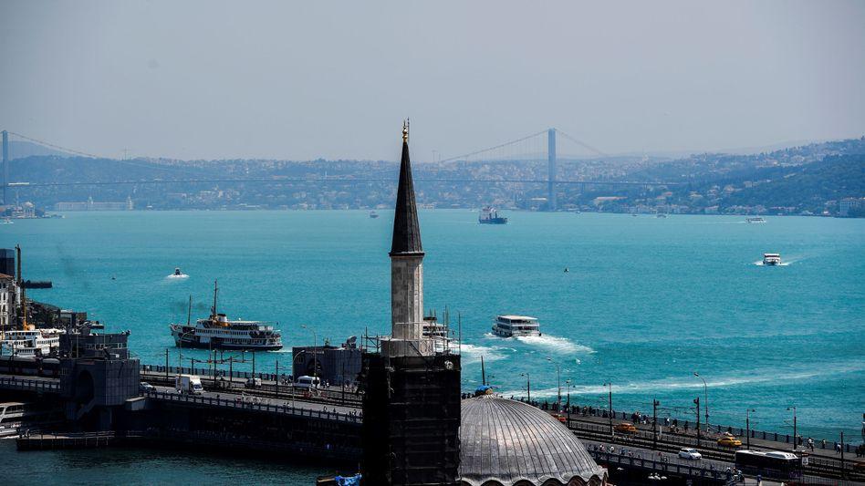 Istanbul: Die Stadt ist geprägt vom Bosporus. Die Meerenge verbindet Schwarzes Meer und Marmarameer zwischen Europa und Asien.