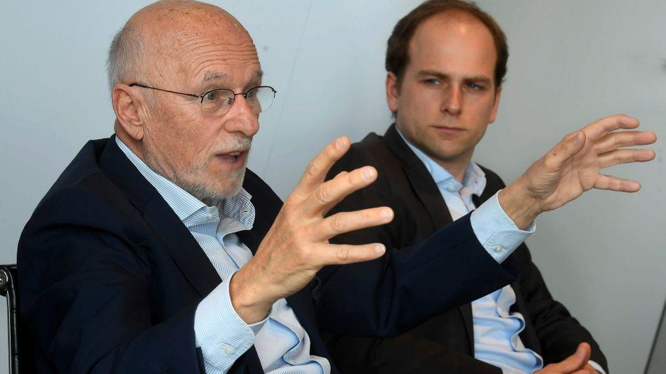 Dirk Roßmann: Nach seinem 75. Geburtstag übergibt der Drogeriegründer und Milliardär Ende des Monats die Geschäftsführung an seinen Sohn Raoul (rechts im Bild)