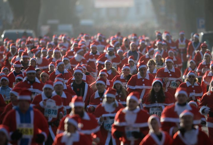 Nette Tradition: Weihnachtsmannlauf im brandenburgischen Michendorf
