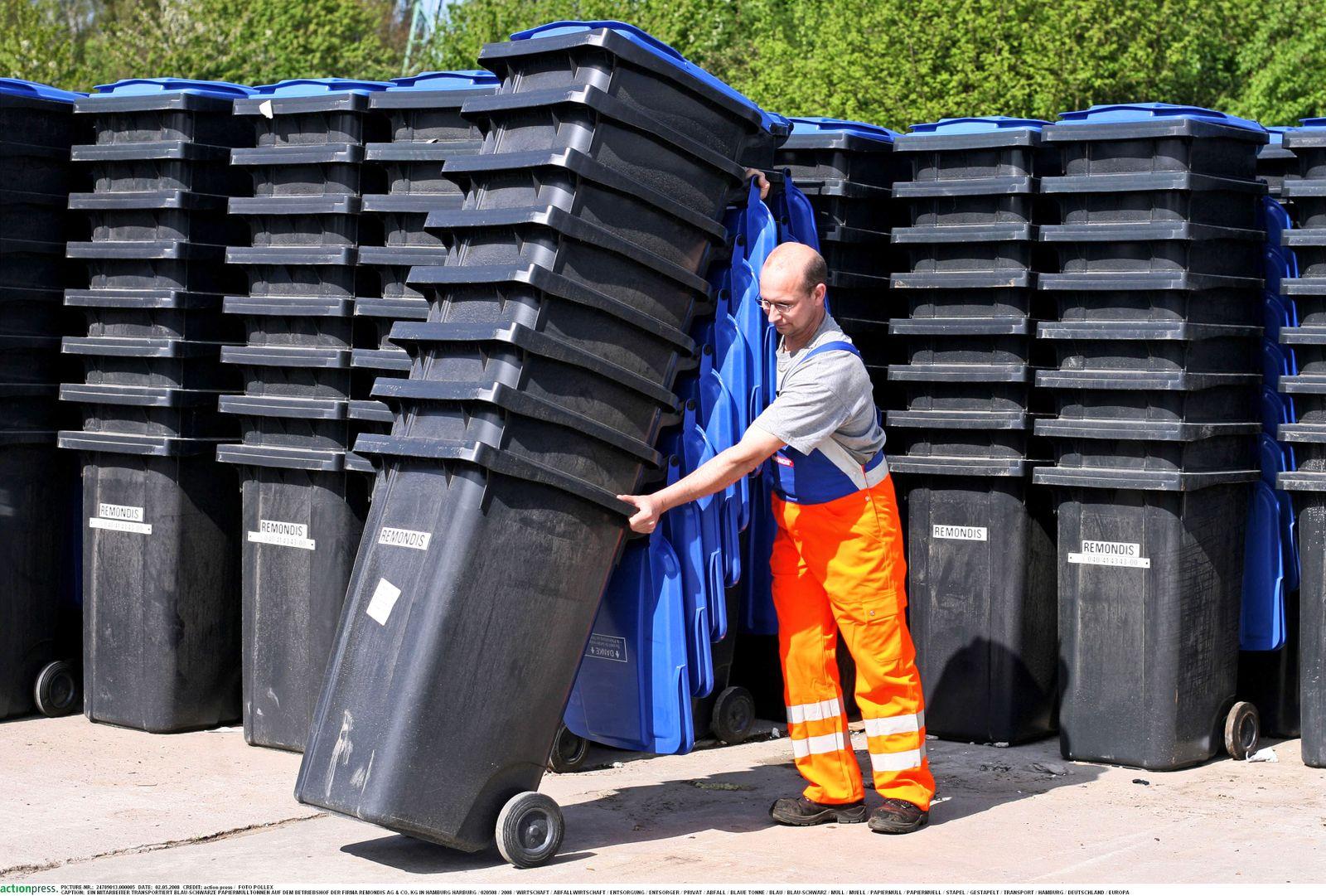 Die Firma Remondis liefert blaue Papier-Mülltonnen in Hamburg aus