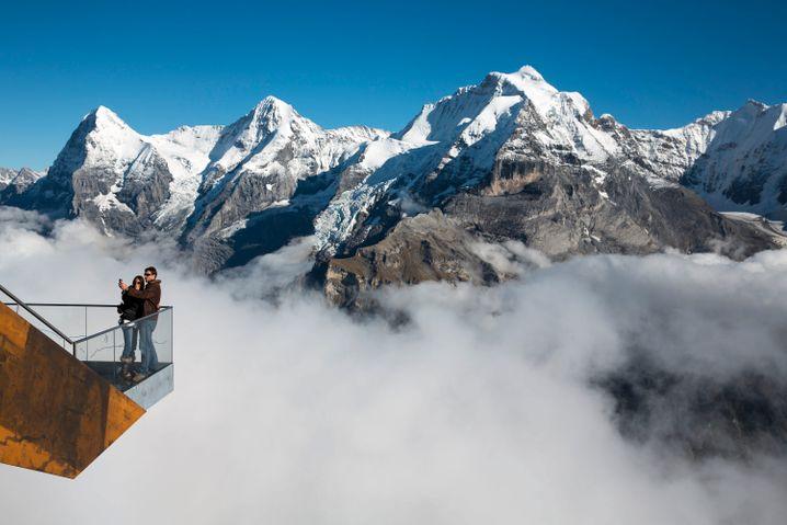 Der Skyline Walk am Schilthorn lässt den Besucher vor dem Panorama der Berge Eiger, Mönch und Jungfrau (l-r) scheinbar in der Luft schweben.