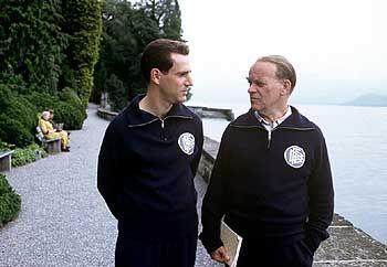 Männer unter sich: Bundestrainer Sepp Herberger (Peter Franke) berät sich mit seinem Kapitän Fritz Walter (Knut Hartwig)