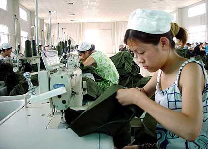 Qualifikation durch kleine Hände: Frauen nähen in einer Textilfabrik in Huaibei-Stadt, im Osten der chinesischen Provinz Anhui