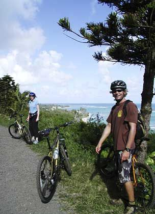Stopp mit Panoramablick: Bei Mountainbiketouren auf Hawaiiist auch derPazifik zu bestaunen