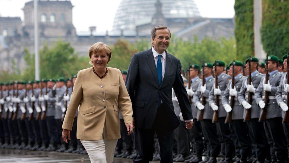 Militärische Ehren: Bundeskanzlerin Angela Merkel begrüßt den griechischen Premier Samaras im Kanzleramt