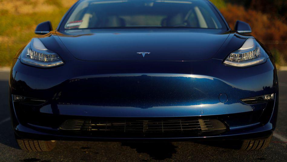 Tesla Model 3: Ein ehemaliger Mitarbeiter von Tesla geht in die Offensive und behautet, der Elektroautobauer habe Model-3-Modellen defekte Batterien verbaut