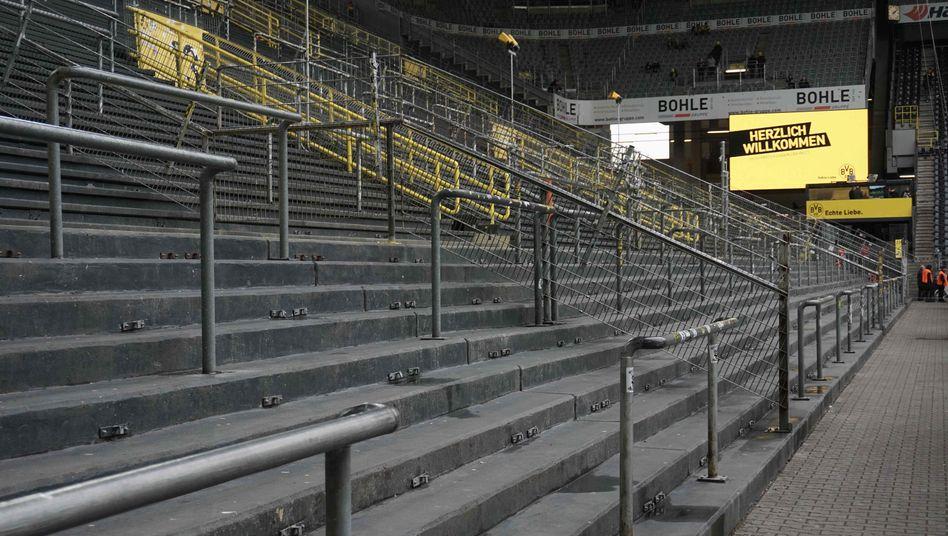 Leere Südtribüne im Signal-Iduna-Park in Dortmund: Das Revierderby zwischen dem BVB und den blau-weißen Nachbarn aus Gelsenkirchen muss am Wochenende vor leeren Rängen stattfinden