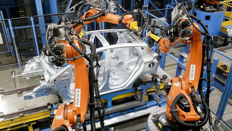 Dei Roboter von Kuka kommen weltweit zum Einsatz - so wie hier bei der Autoproduktion von Ford in Köln