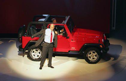 Fahrgemeinschaft: Chryslers neuer Chef, Thomas LaSorda, liefert den ehemaligen Chrysler-Lenker und künftigen DaimlerChrysler-Konzernchef Dieter Zetsche in Frankfurt ab