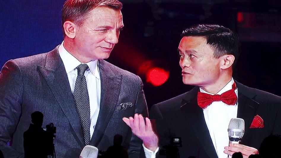 """Alibaba-Gründer Jack Ma (mit James-Bond-Darsteller Daniel Craig): """"Stationäre Ladengeschäfte sind unverzichtbar. Sie sollten durch Daten-Technologien gestärkt werden"""""""