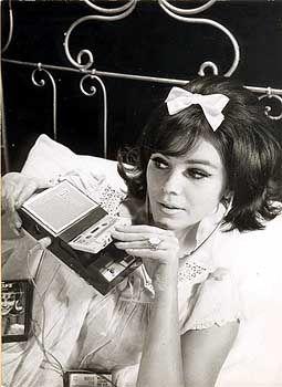 """""""Musik zur Entspannung"""": Werbefoto für den ersten """"Taschen-Recorder 3300"""" von Philips (1963)"""