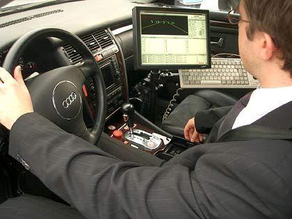 Wie ein Schreibtisch für Testfahrer: Am Zusatzmonitor kann der Techniker den gesamten Softwarecode nachverfolgen