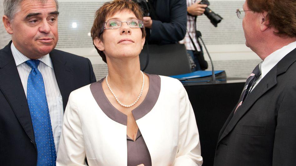 Führungswechsel im Saarland: Kramp-Karrenbauer (neben dem bisherigen Ministerpräsidenten Peter Müller (l.)) erhielt nur 25 der insgesamt 27 Stimmen aus der Koalition