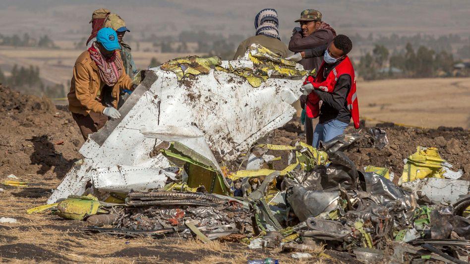 Keine Überlebenden: Rettungskräfte arbeiten Anfang März an der Absturzstelle des Fluges 302 der Ethiopian Airlines. 157 Menschen starben. Der Absturz und seine Folgen kosten die Munich Re einen dreistelligen Millionenbetrag