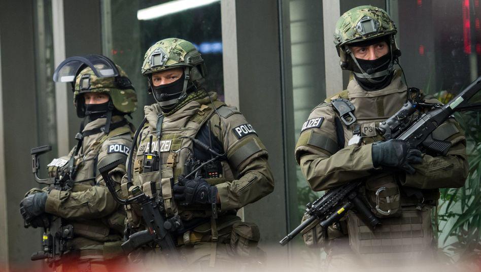 Schwer bewaffnete Polizisten am Münchener Hauptbahnhof: Inzwischen hat sich die Lage nach der Terrorwarnung normalisiert