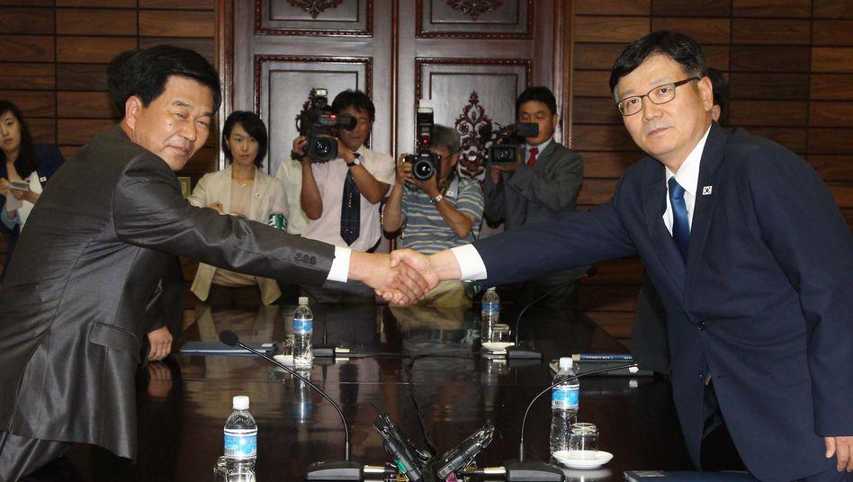 Ende der Eiszeit: Suh Ho (r.), Südkoreas Verhandlungsführer, schüttelt die Hand seines nordkoreanischen Pendants Park Chol-Su