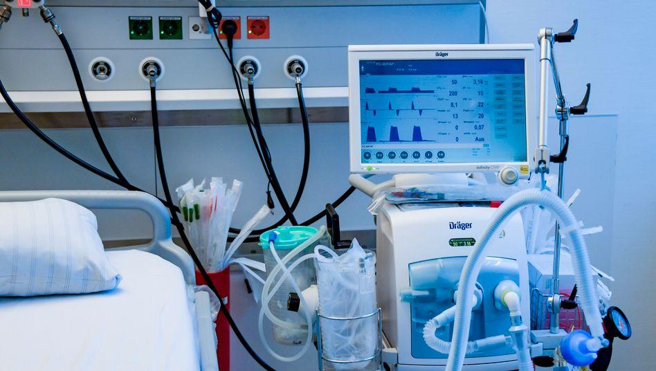 Beatmungsgerät von Dräger in einem Behandlungszimmer des Universitätsklinikums Eppendorf in Hamburg