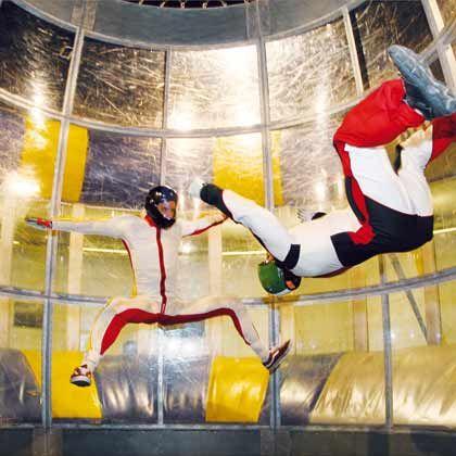 Völlig schwerelos: Im vertikalen Windtunnel, hier eine Anlage in der Schweiz, wird man kräftig in die Luft geblasen. Einige Anlagen gibt es bereits in Deutschland; Jochen Schweizer will im Dezember in Bottrop ein großes Bodyflying-Center mit neuer Technik eröffnen.