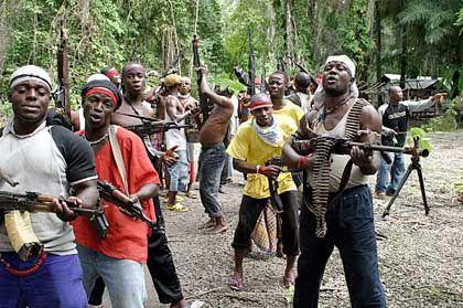 License to Operate: Wird ein Rohstoffkonzern als Ausbeuter wahrgenommen, können diese Investitionen gefährdet sein, durch Sabotage, Enteignungen oder Konsumentenboykotte in den Industriestaaten. Ein Schicksal, das etwa den Ölkonzern Shell in Nigeria ereilte.