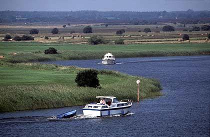 Idyllische Landschaft: Flussfahrt durch Felder und Wiesen