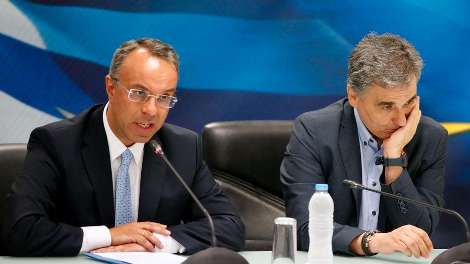 Neuer griechischer Finanzminister Christos Staikouras (l) und Vorgänger Euklid Tsakalotos