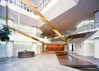 Verstrebungen aller Orten: Die Eingangshalle der Deutschen Bank drückt mit ihren Säulen Stabilität aus.