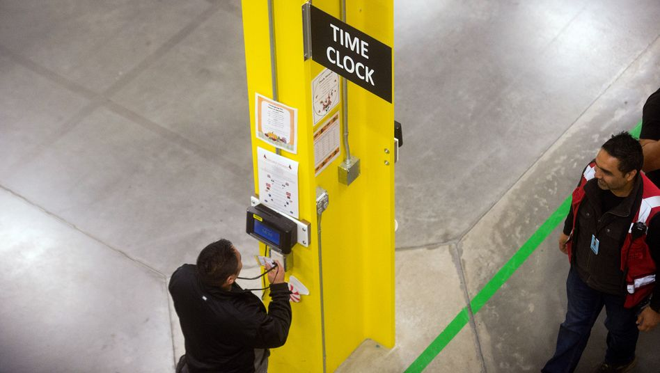 Stechuhr bei Amazon: Mitarbeiter des Versandhändlers müssen nach ihrer Arbeitszeit nach eigenen Angaben oft bis zu 20 Minuten auf einen Sicherheitscheck warten - keine Arbeitszeit entschied das höchste US-Gericht