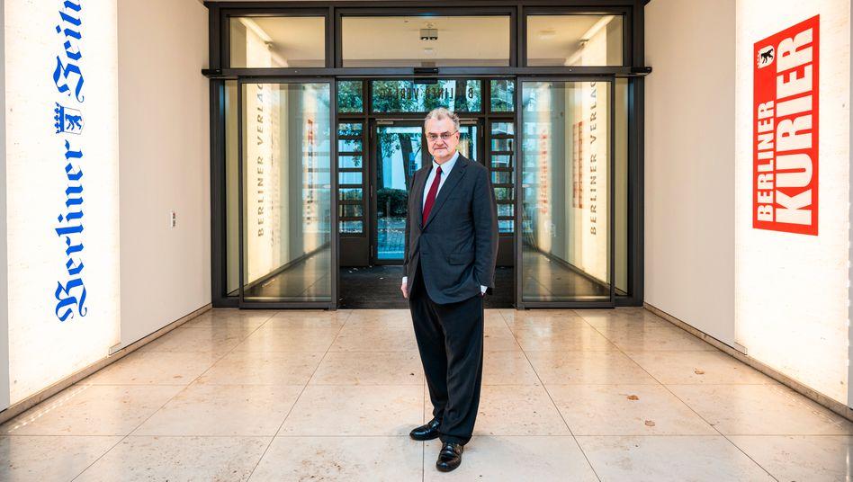 Michael Maier, hier am Eingang des Verlagshauses, gibt sein Amt als Geschäftsführer des Berliner Verlags ab, bleibt aber Herausgeber.