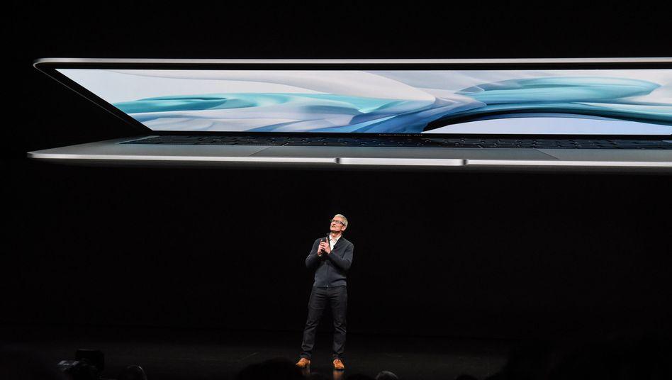 Apples MacBook (Bild Archiv): Die Mac-Computer laufen bislang mit Intel-Prozessoren. Künftig will Apple eigene Prozessoren verwenden. Intel wird den Verlust des Geschäfts verkraften können, doch dürfte der Abschied am Image nagen