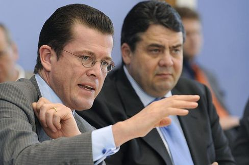 Uneins: Bundesumweltminister Gabriel (SPD, r.) und Bundeswirtschaftsminister Karl-Theodor zu Guttenberg (CSU)
