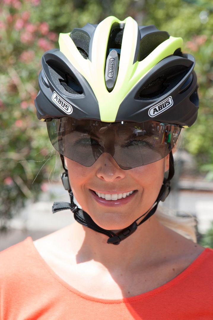 Helm mit integrierter Radbrille: Der Blend- und Augenschutz lässt sich beim Abus In-Vizz herunterklappen, wenn er gebraucht wird.