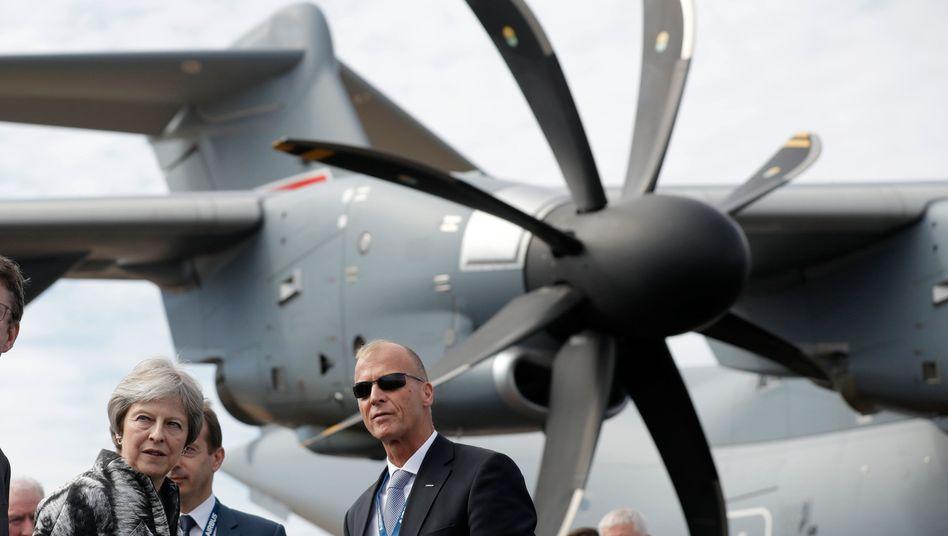 Airbus-Chef Thomas Enders mit Premierministerin Theresa May im Sommer 2018 bei einer Luftfahrtschau in Farnborough, England