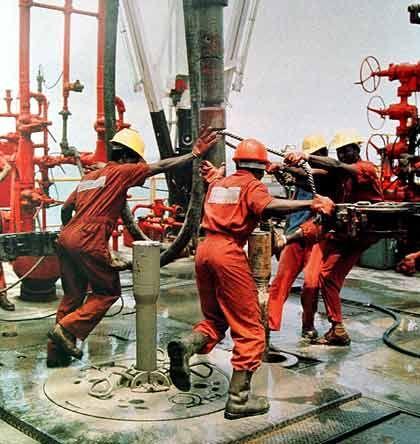 Arbeiter auf einer Ölplattform in Nigeria: Förderung derzeit beeinträchtigt