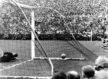 Ungarn, jetzt rein: Im Berner Wankdorf-Stadion 1954 hatte Deutschland noch mit 3:2 die Nase vorn. Inzwischen hat Ungarn Deutschland überholt - zumindest, was die Attraktivität der Steuersätze betrifft