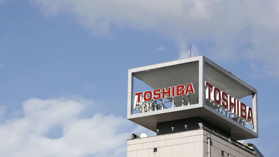 The logo of Toshiba Corp is seen at the companys headquarters in Tokyo January 10, 2009. REUTERS/Stringer (JAPAN BUSINESS)