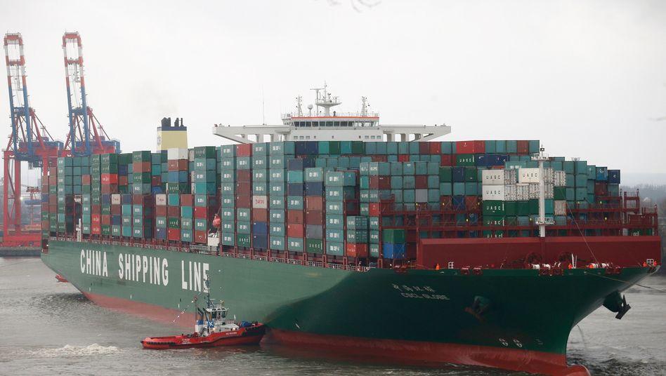 """Größtes Schiff der Welt: Die """"CSCL Globe"""" der Reederei China Shipping Group Anfang 2015 im Hamburger Hafen - die Branche befindet sich weiter in schwieriger See"""