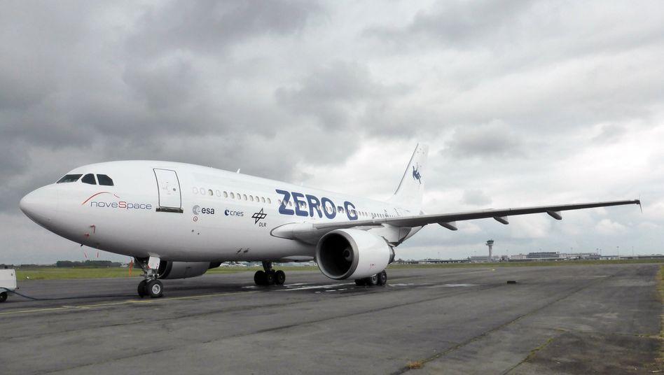 """Den neue A 310 ZERO-G hat eine politische Vergangenheit: Als Kanzlerflieger unter dem Namen """"Konrad Adenauer"""". Das neue, europaweit einzigartige Parabelflugzeug wird nun für wissenschaftliche Experimente in der Schwerelosigkeit abheben. Auch das Deutsche Zentrum für Luft- und Raumfahrt (DLR) nutzt den ehemaligen Airbus """"A310-304 VIP"""", der seit Juni 2014 der französischen Firma Novespace gehört, für Forschungsflüge."""