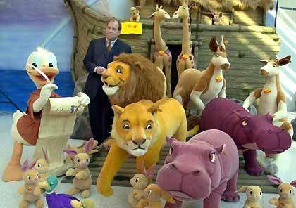 """Es begann mit einem """"Elefäntle"""": Heute hat Steiff mehr als 800 verschiedene Figuren im Sortiment. Zu ihnen gehören Donald Duck und die Tiere der Arche Noah, hier zusammen mit dem Steiff-Geschäftsführer Bernhard M. Rösner"""