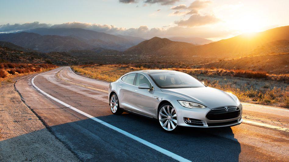 Tesla Model S: Ein Schweizer Staatsanwalt lässt nun untersuchen, ob der Riesen-Touchscreen des Elektroautos in der Schweiz zulässig ist