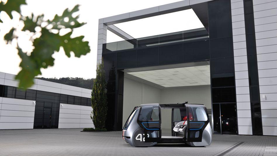 VW Sedric: Das Robotertaxi für den Kurzstreckenverkehr könnte seinen Einsatz als Shuttlebus auf Flughäfen finden. Bis das Auto regulär auf Hauptverkehrsstraßen unterwegs ist dürften noch Jahre vergehen - wenn es überhaupt dazu kommt.