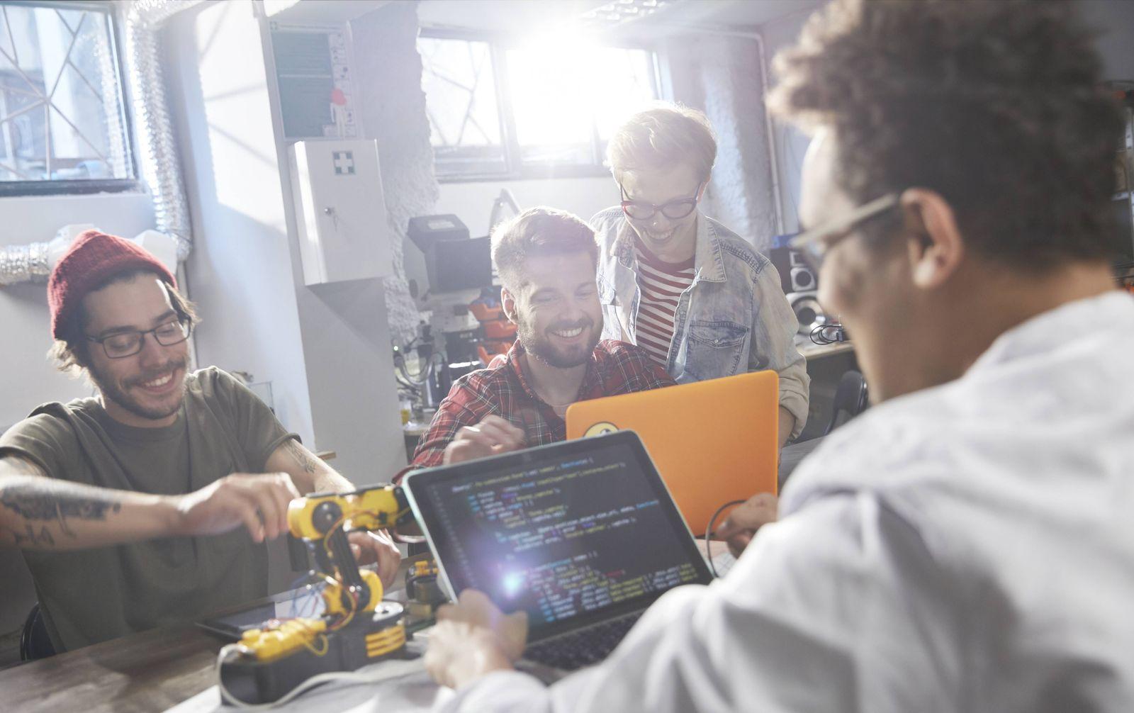 EINMALIGE VERWENDUNG Junge Leute am Computer