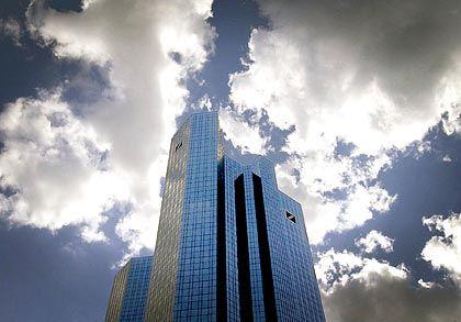 """Zentrale der Deutschen Bank in Frankfurt: Kritiker der Abgabe sprechen vom """"Lex Deutsche Bank"""""""