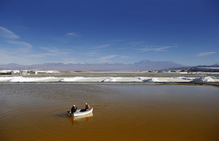 Chile verfügt über die weltgrößten Lithium-Reserven (Foto: Gewinnung in der Atacama-Wüste). Auch einige Nachbarländer wie Bolivien versprechen sich viel vom Abbau des Rohstoffes, der für Batterien benötigt wird.
