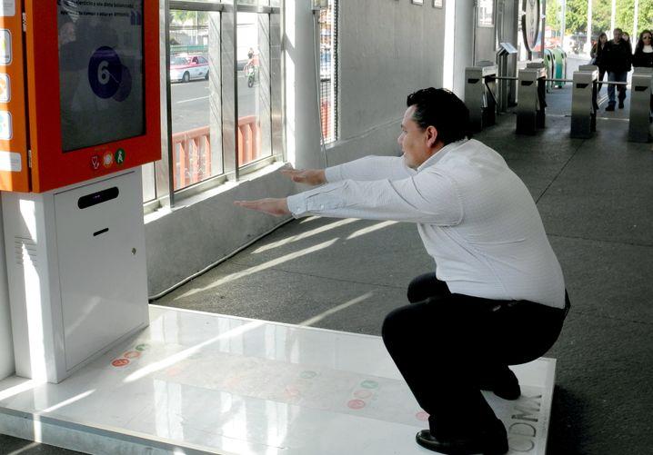 So geht Mexiko das Problem an: An Busstationen gibt es neuerdings Fitnessgeräte. Einige Fahrgäste trainieren schon fleißig.