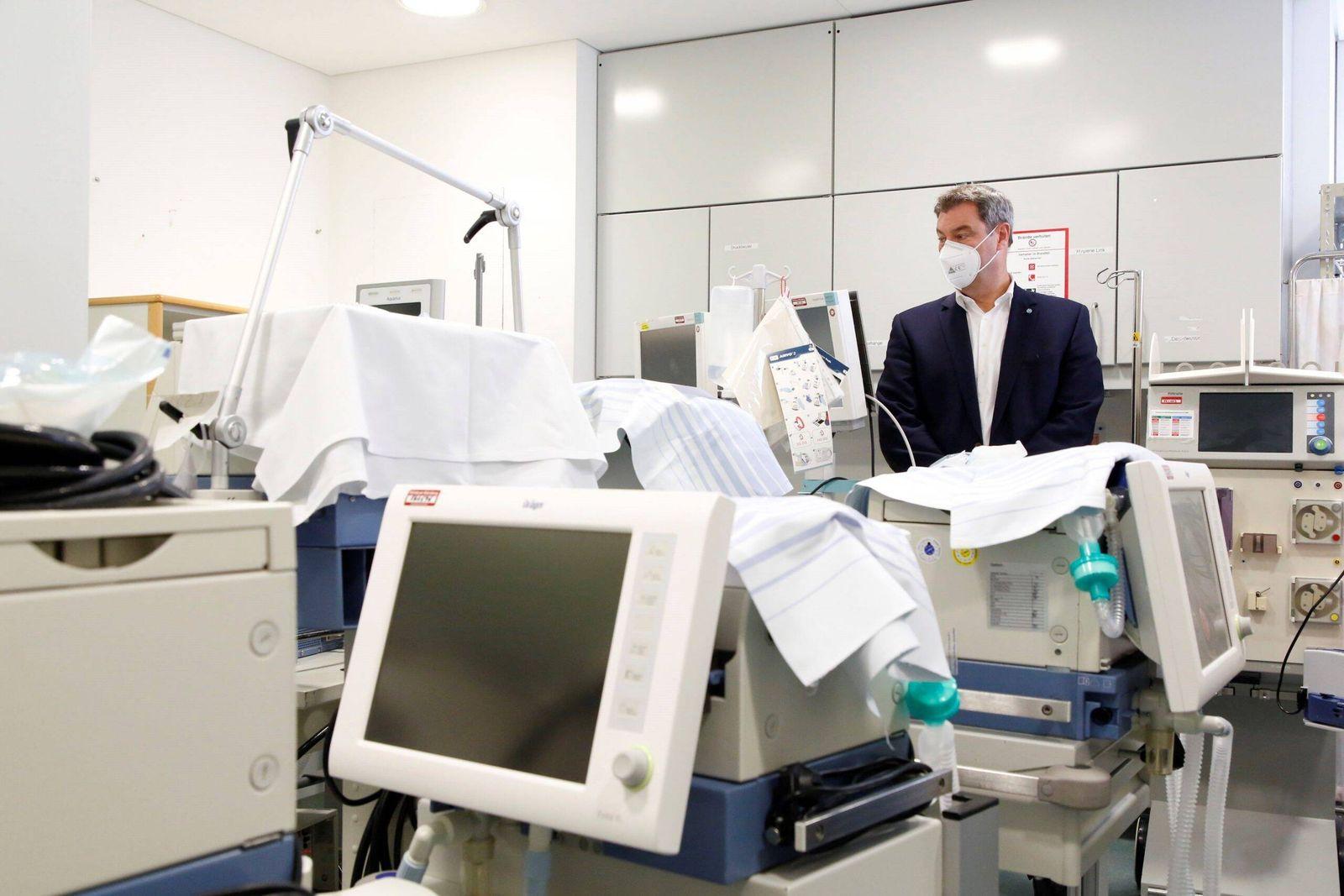 Ministerpräsident Dr. Markus Söder, MdL, bei einem Rundgang unter anderem in einer Intensiveinheit mit mit zusätzlichen