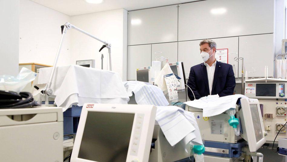Bayerns Ministerpräsident Markus Söder bei einem Rundgang durch die Intensivstation des Klinikums Nürnberg-Süd