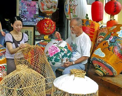 Ein Meister der bunten Bilder: Wu Duen-How ist seit mehr als 60 Jahren in Lugang als Lampion-Hersteller tätig