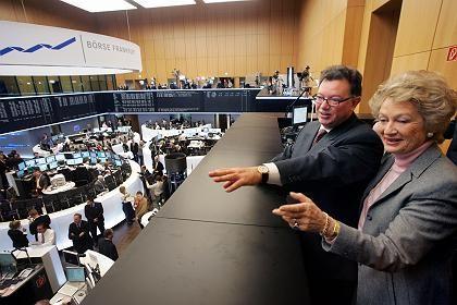 Stolzer Hausherr: Der Chef der Deutschen Börse Reto Francioni zeigt Frankfurts Bürgermeisterin Petra Roth den neuen Handelssaal
